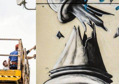 Graffiti Street art Réalisation de la fresque sur une nacelle télescopique avec le collectif de la Maise à Aix les bains en 2015
