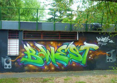 Graffiti Street art Bwest réalisé par les jeunes du quartier du Biollay sur le mur du foyer à Chambéry