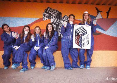 Graffiti Street art La pose photo devant la décoration murale réalisée au pochoir