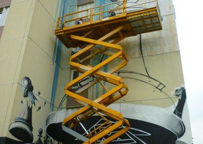 Graffiti Street art Réalisation de la fresque sur une nacelle télescopique . Esquisse à la bombe aérosol du fou avec le collectif de la Maise à Aix les bains en 2015