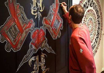 Zert en action ! Réalisation de dermographes sur portes en bois au pinceau Graffiti Street art